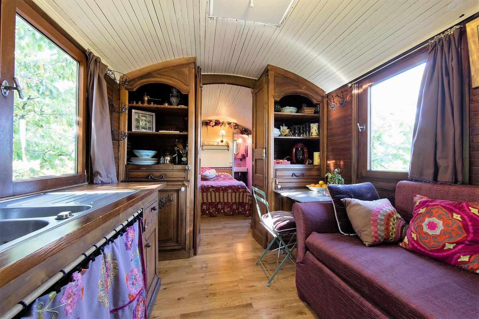 la cuisine gauche le lit banquette droite la chambre au milieu et la salle de bain au fond. Black Bedroom Furniture Sets. Home Design Ideas